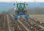 traktor jadący po polu z pługiem